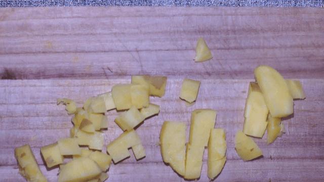 ジャガイモを一口大にカット