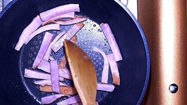 ベーコンをフライパンで炒める