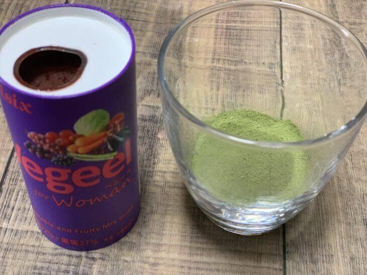 vegeel(ベジール)と粉末野菜を並べる