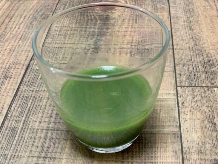 すっきりフルーツ青汁に水を注ぐ