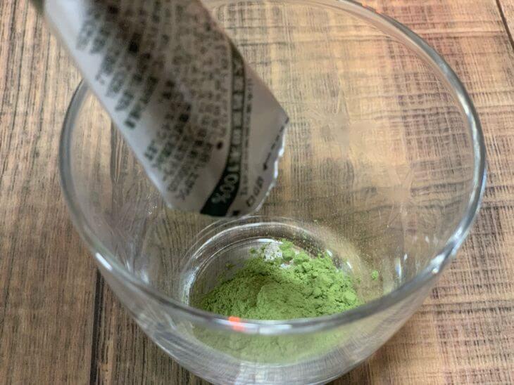 青汁粉をコップに注ぐ