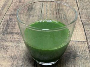 生搾り製法極濃青汁に水を注ぐ