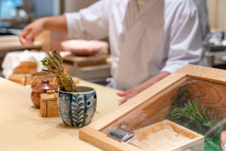 寿司店では、コップで生わさびを保存する