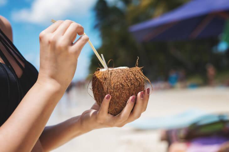 ココナッツにストローを刺したココナッツジュース