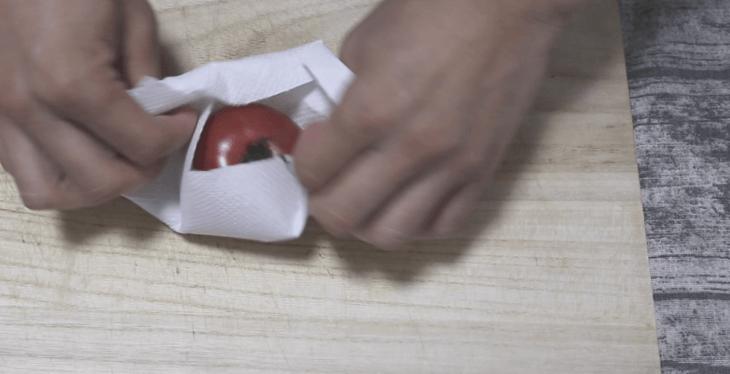 トマトにキッチンペーパーを巻き衝撃から守る