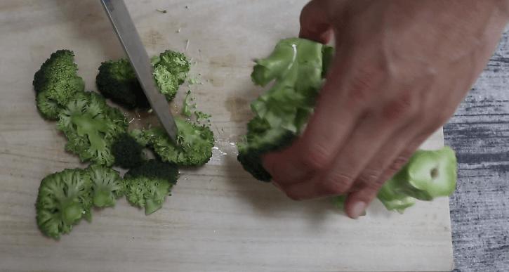 ブロッコリーを小さく切り分ける